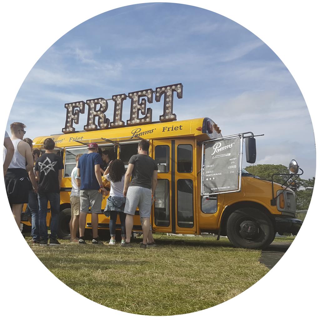 defrieschoolbus.nl | verhuur friet(foodtrucks) | Nederland | Schoolbus friet met mensen | offerte aanvragen
